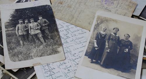 Photos anciennes et papiers de famille : des sources généalogiques importantes